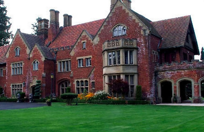 8.) Thornewood Castle in Lakewood, Washington is still inhabited by its original owners, Chester and Anna Thorne. The room that is now the bridal suite has Anna's original bedroom mirror and utterly-creeped-out brides claim to see the lady of the manor's reflection behind them when peering into it.